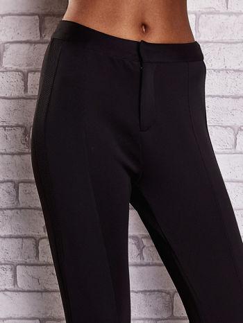 Czarne dopasowane spodnie z siateczkowym pasem                                  zdj.                                  4