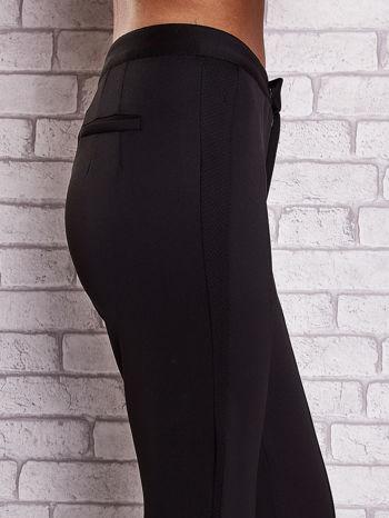 Czarne dopasowane spodnie z siateczkowym pasem                                  zdj.                                  5
