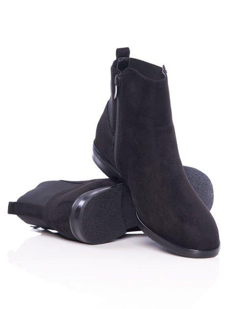 Czarne gładkie botki na płaskim obcasie z gumkowaną wstawką na tyle cholewki                                  zdj.                                  4