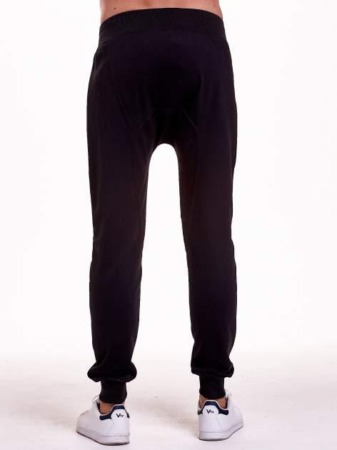 Czarne gładkie spodnie męskie ze skórzanymi wstawkami                                  zdj.                                  5