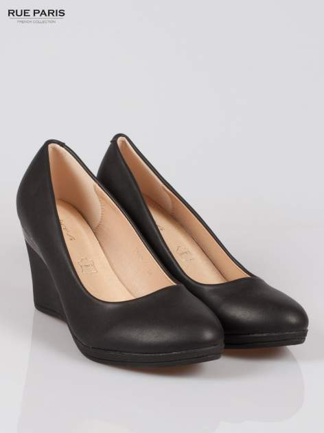 Czarne koturny faux leather Marika ze srebrnym detalem                                  zdj.                                  2