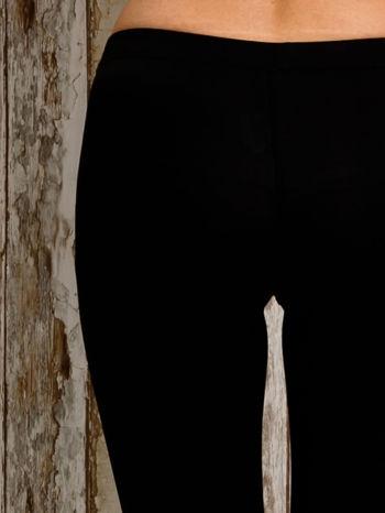 Czarne legginsy sportowe 3/4 z guziczkami                                  zdj.                                  6