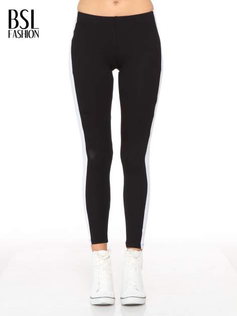 Czarne legginsy z białymi modułami wzdłuż nogawek