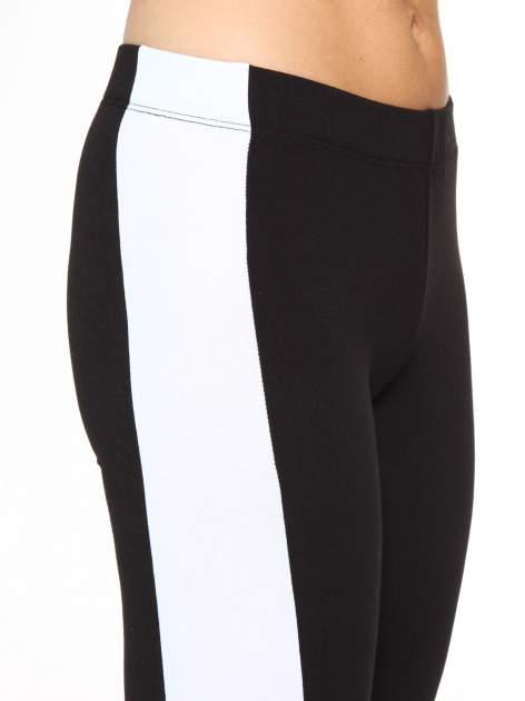 Czarne legginsy z białymi modułami wzdłuż nogawek                                  zdj.                                  5