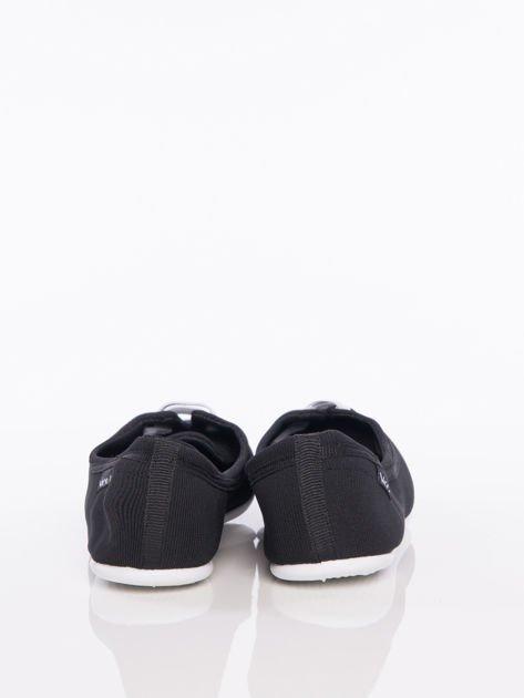 Czarne materiałowe baleriny Cushy Court ze sznurówkami i białą podeszwą                                  zdj.                                  3