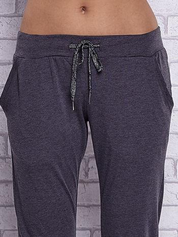 Czarne melanżowe spodnie capri z bocznymi kieszeniami                                  zdj.                                  4