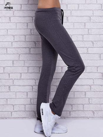 Czarne melanżowe spodnie dresowe z prostą nogawką                                  zdj.                                  2