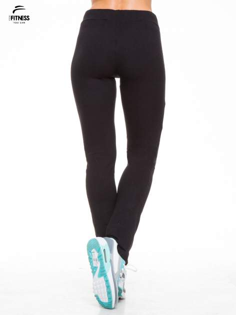 Czarne proste spodnie dresowe wiązane w pasie                                  zdj.                                  4