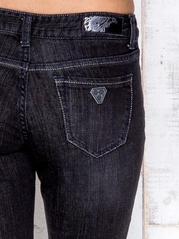 Czarne przecierane spodnie jeansowe ze srebrną nitką                                  zdj.                                  4