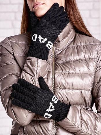 Czarne rękawiczki z napisem BAD na pięć palców