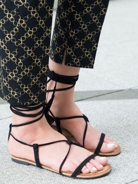 Czarne sandały wiązane wokół kostki ozdobnym chwostem                                  zdj.                                  4