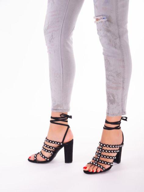 Czarne sandały z ozdobnymi nitami i paskami z wiązaniem wokół kostki                               zdj.                              1
