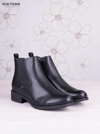 Czarne skórzane botki na klocku z ozdobnymi dżetami z tylu buta                                   zdj.                                  2