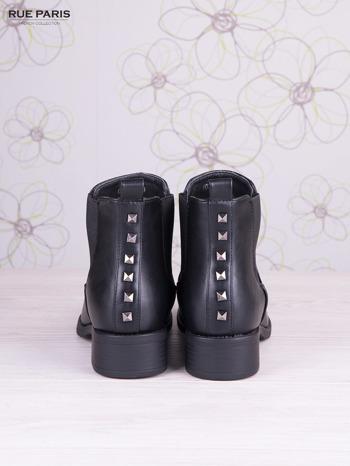 Czarne skórzane botki na klocku z ozdobnymi dżetami z tylu buta                                   zdj.                                  4
