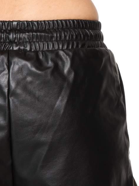 Czarne skórzane szorty ze złoto-srebrnym wykończeniem                                  zdj.                                  6