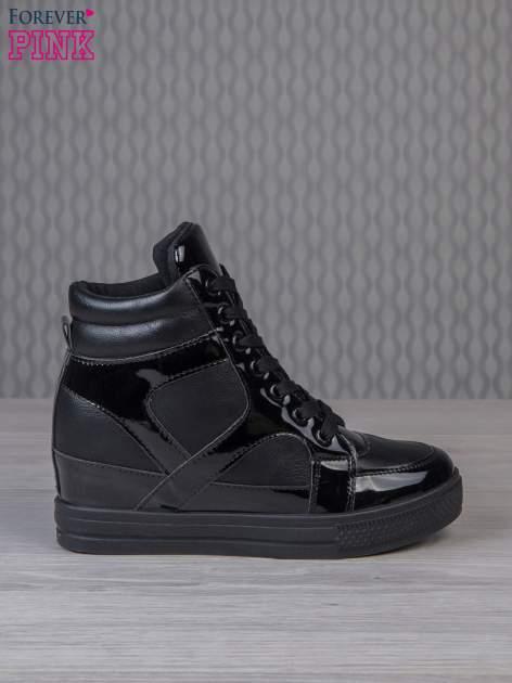 Czarne sneakersy za kostkę z lakierowanymi elementami                                  zdj.                                  1