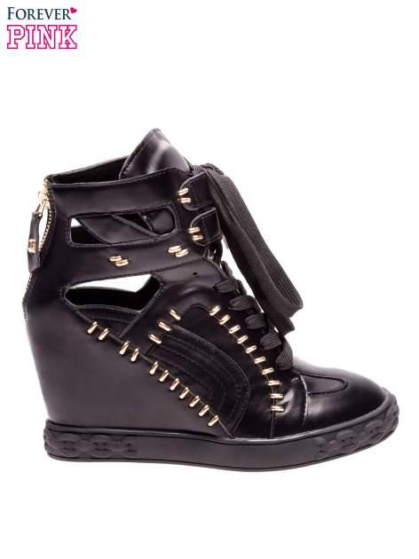 Czarne sneakersy ze złotymi elementami