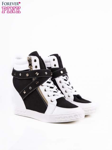 Czarne sneakersy ze złotymi okuciami                                  zdj.                                  2