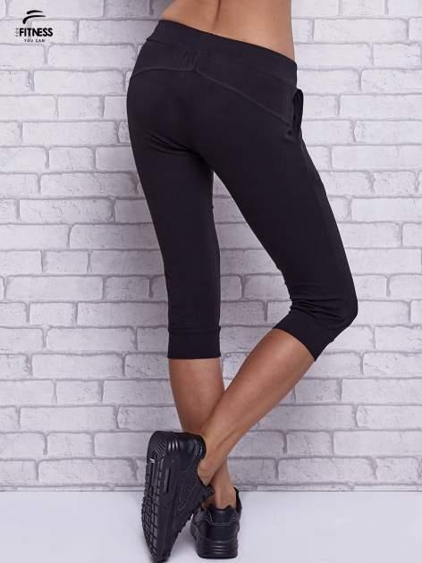 Czarne spodnie capri z bocznymi kieszeniami                                  zdj.                                  2