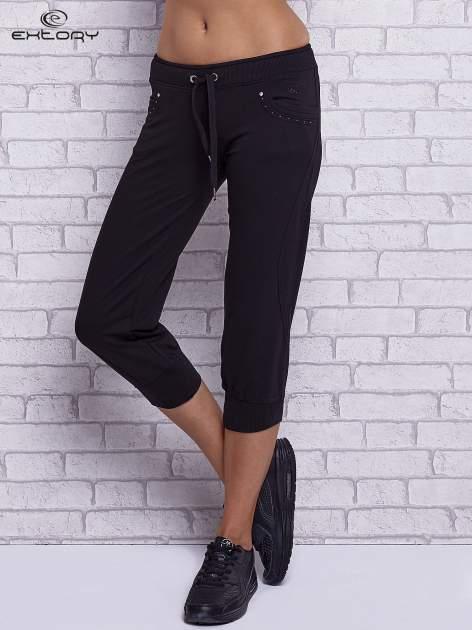 Czarne spodnie capri z dżetami przy kieszeniach                                  zdj.                                  1