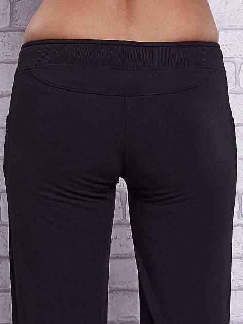 Czarne spodnie capri z dżetami przy kieszeniach                                  zdj.                                  6