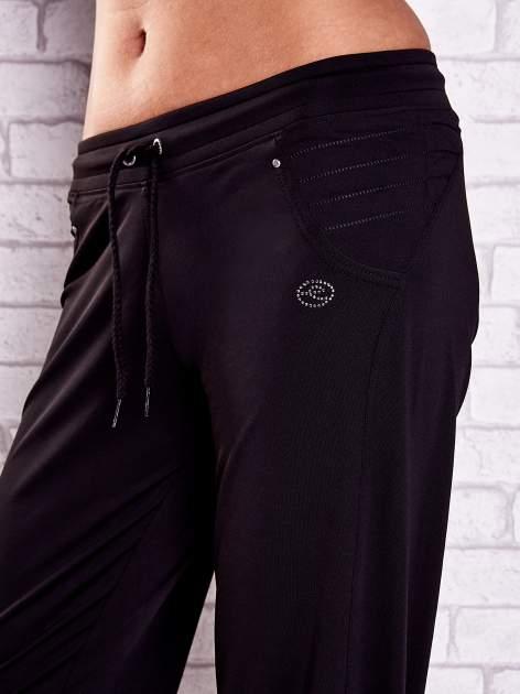 Czarne spodnie capri z haftowanymi wstawkami PLUS SIZE                                  zdj.                                  4