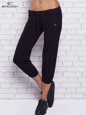 Czarne spodnie capri z kieszeniami i gumką w pasie                                  zdj.                                  1