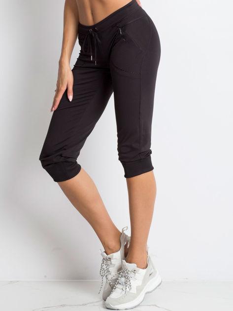 Czarne spodnie capri z kieszonką i haftem PLUS SIZE                                  zdj.                                  1