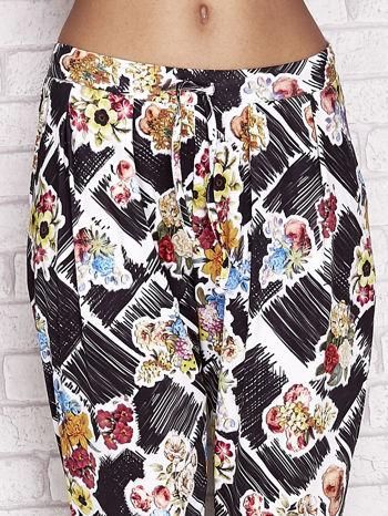 Czarne spodnie capri z kwiatowym motywem                                  zdj.                                  4