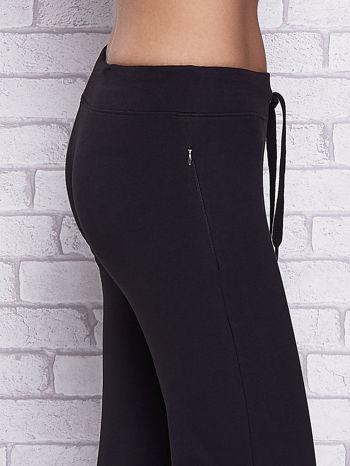 Czarne spodnie capri z motywem pasków na nogawkach                                  zdj.                                  5