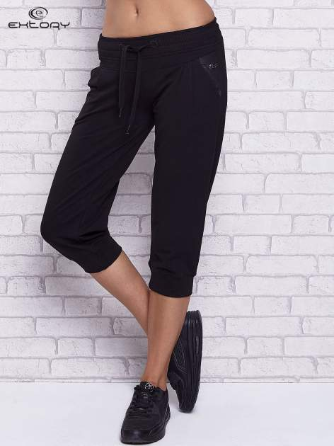 Czarne spodnie capri z tylną kieszenią                                  zdj.                                  1