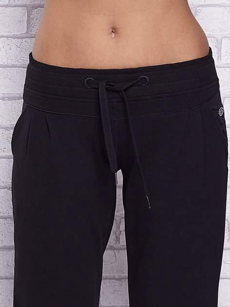 Czarne spodnie capri z tylną kieszenią                                  zdj.                                  4