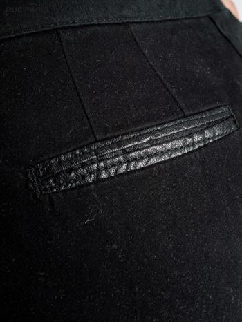 Czarne spodnie cygaretki ze skórzaną lamówką przy kieszeniach                                  zdj.                                  4
