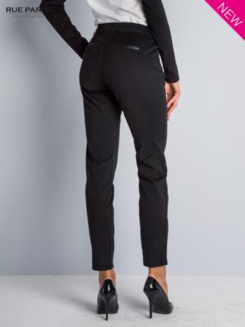 Czarne spodnie cygaretki ze skórzaną lamówką przy kieszeniach                                  zdj.                                  2