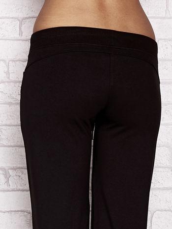 Czarne spodnie dresowe capri z dżetami na kieszeniach                                  zdj.                                  6