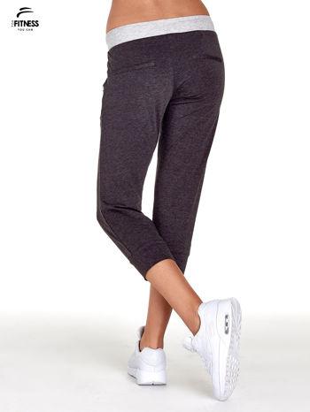 Czarne spodnie dresowe capri z kontrastowym pasem                                  zdj.                                  2