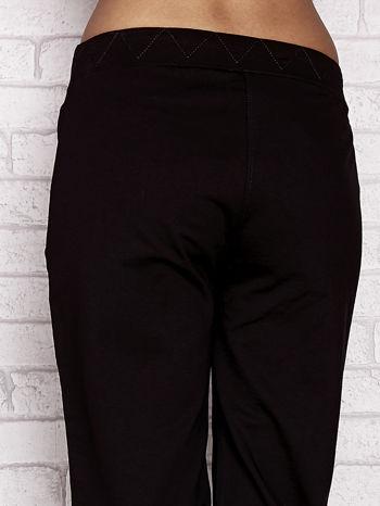 Czarne spodnie dresowe capri z ozdobnym przeszyciem w pasie                                  zdj.                                  6