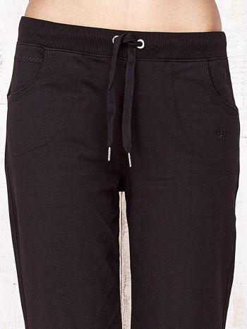 Czarne spodnie dresowe capri ze ściągaczami na dole                                  zdj.                                  4