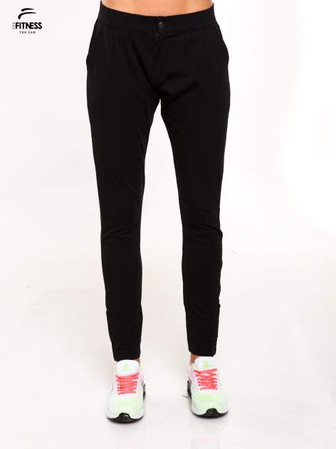 Czarne spodnie dresowe damskie z podwijaną nogawką