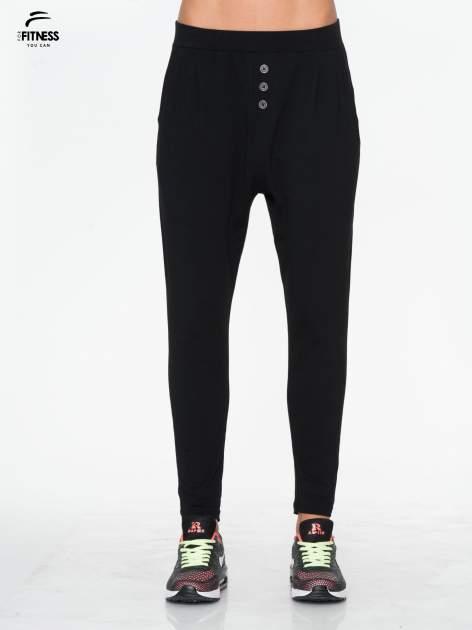 Czarne spodnie dresowe typu baggy z guziczkami