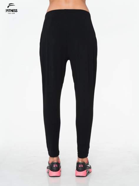 Czarne spodnie dresowe typu baggy z guziczkami                                  zdj.                                  3