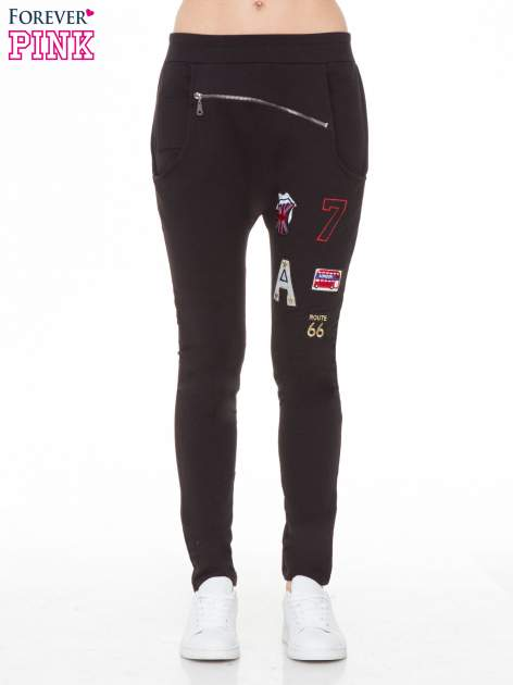 Czarne spodnie dresowe typu baggy z naszywkami                                  zdj.                                  1