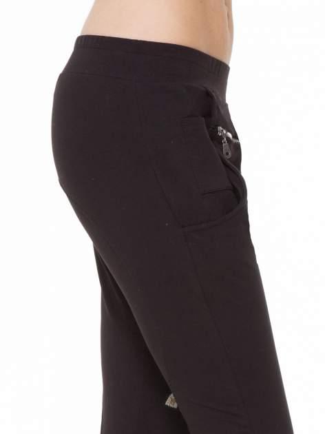 Czarne spodnie dresowe typu baggy z naszywkami                                  zdj.                                  6