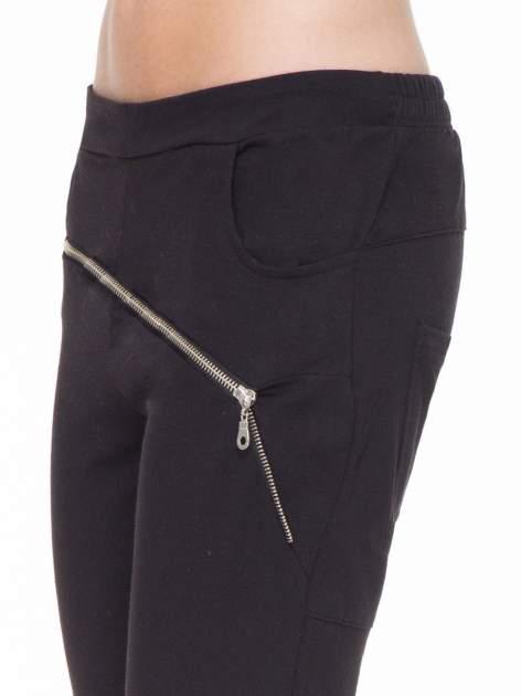 Czarne spodnie dresowe typu baggy z suwakiem                                  zdj.                                  5