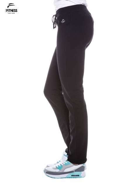 Czarne spodnie dresowe wiązane w pasie                                  zdj.                                  3