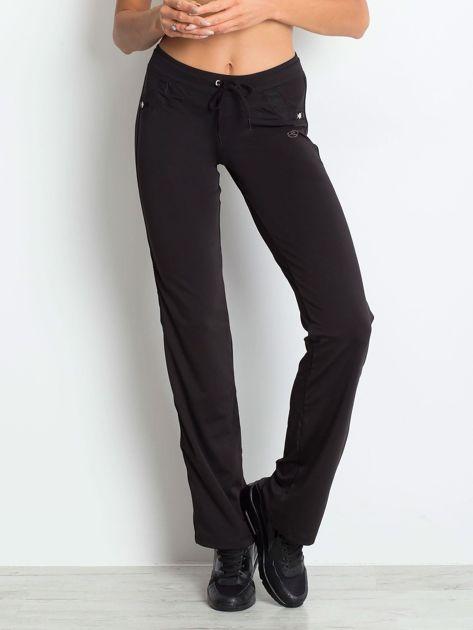 Czarne spodnie dresowe z aplikacją                                  zdj.                                  1