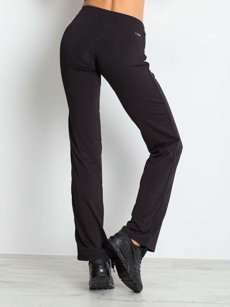 Czarne spodnie dresowe z aplikacją                                  zdj.                                  2
