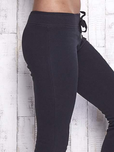 Czarne spodnie dresowe z cekinami                                  zdj.                                  5