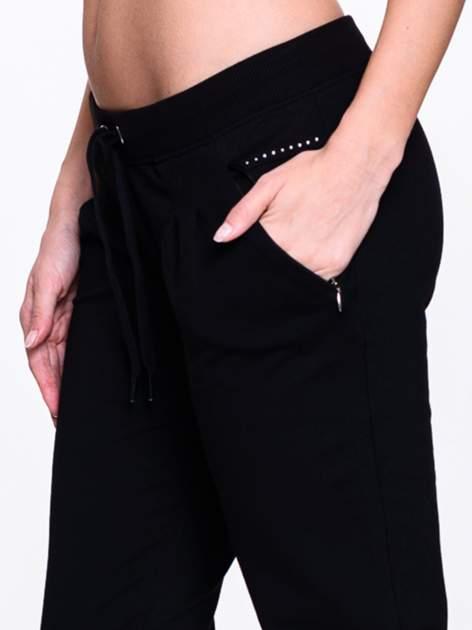 Czarne spodnie dresowe z dżetami przy kieszeniach                                  zdj.                                  6