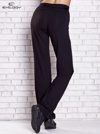 Czarne spodnie dresowe z guziczkami PLUS SIZE                                  zdj.                                  2